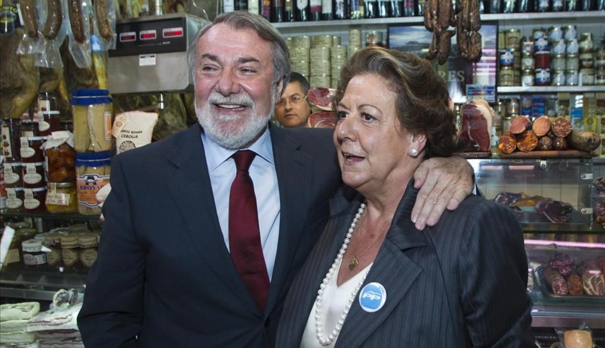 Junto a Jaime Mayor Oreja en el mercado de Ruzafa.