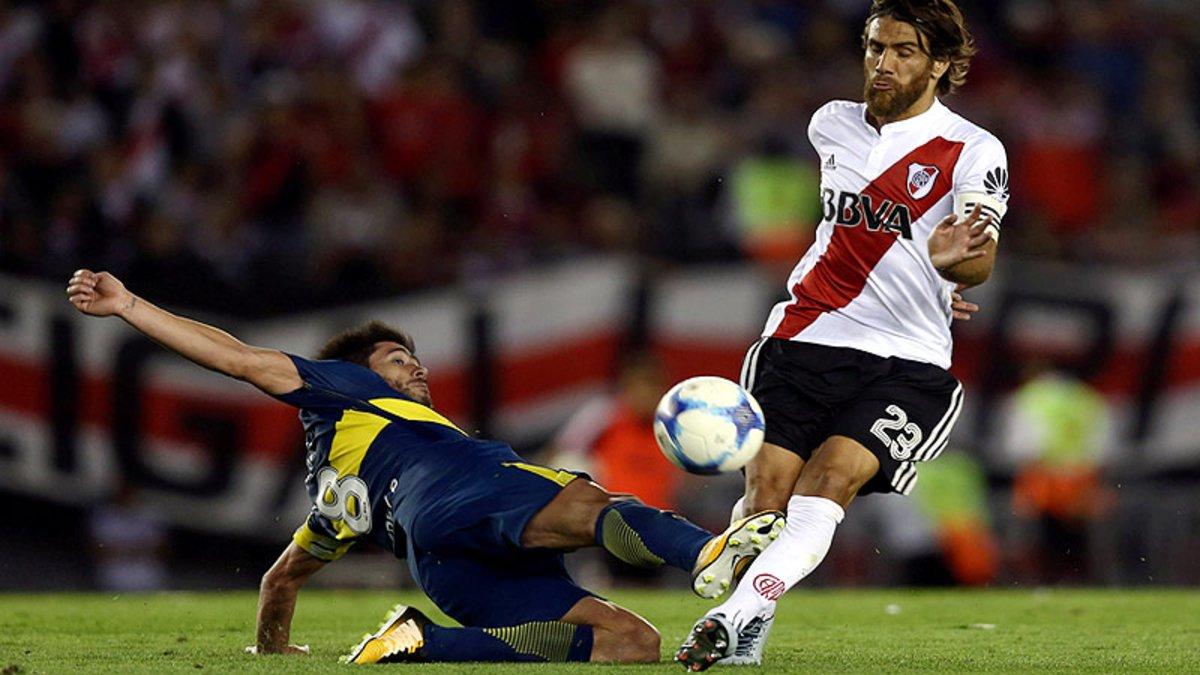 Pablo Pérez (Boca Juniors) y Ponzio (River Plate) disputan el balón.