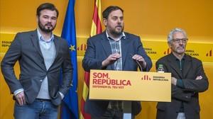 El vicepresidente Oriol Junqueras, entre Gabriel Rufián y Santi Vidal, en diciembre del 2015.