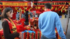 Un puesto de venta de objetos de la selección española junto al Vicente Calderón.