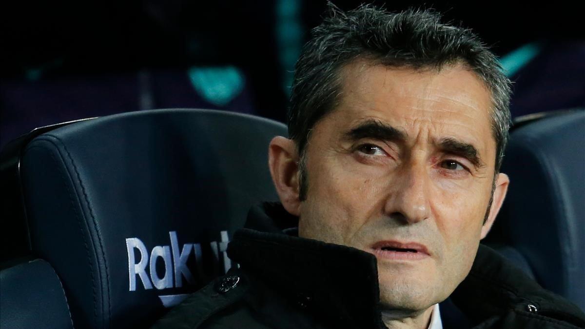Valverde, sentado en el banquillo, este sábado en el Camp Nou.