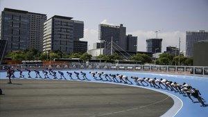 Patinadores de velocidad en la pista construida en el Front Marítim.