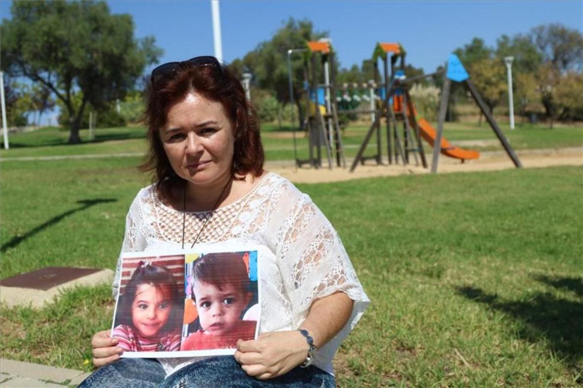 Ruth Otiz muestra la foto de sus hijos en el parque onubense donde solía llevarlos a jugar.