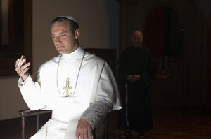 Jude Law en un fotograma de la serie The young pope, que emite HBO.