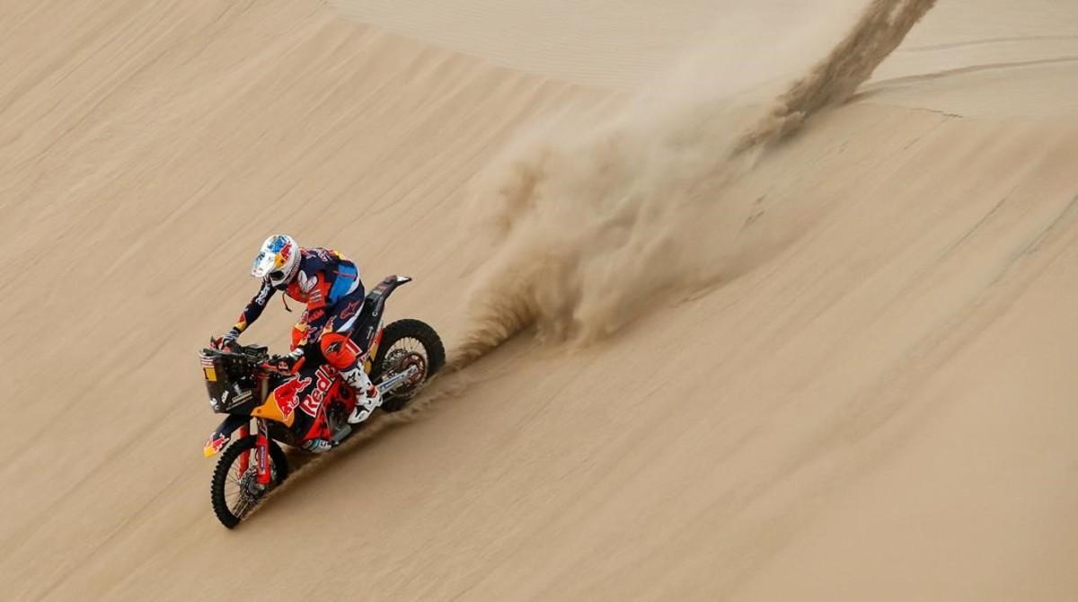 Sam Sunderland (KTM), actual campeón del Dakar, en la etapa de hoy, en Perú, poco antes de sufrir el accidente que le obligó a abandonar.