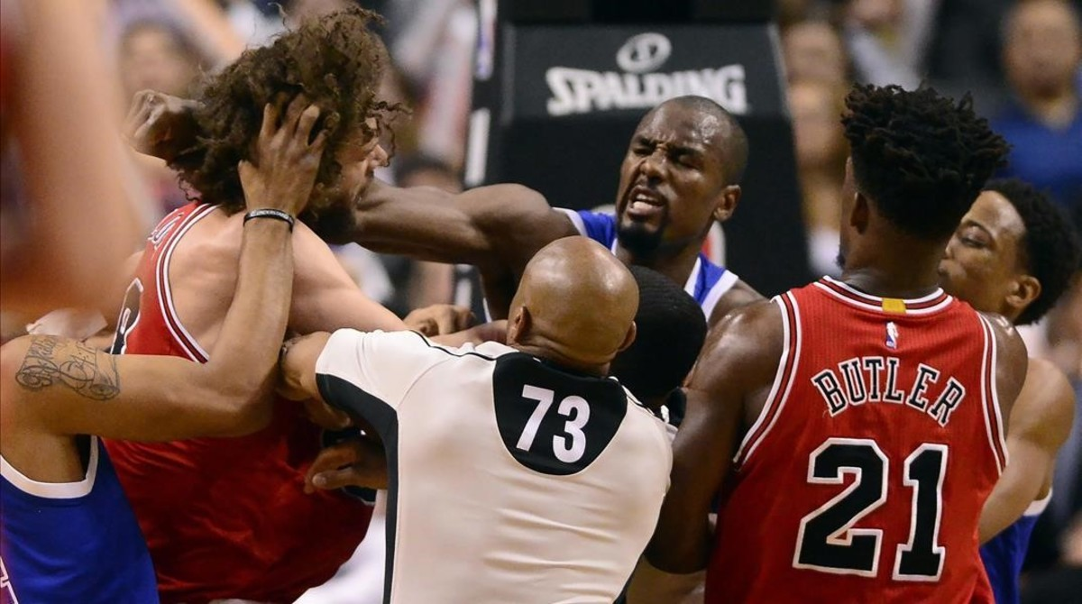 Serge Ibaka (Raptors) lanza un puñetazo a Robin Lopez (Bulls).