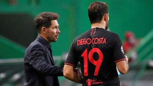 Simeone da instrucciones a Diego Costa en el Estadio de la Luz.