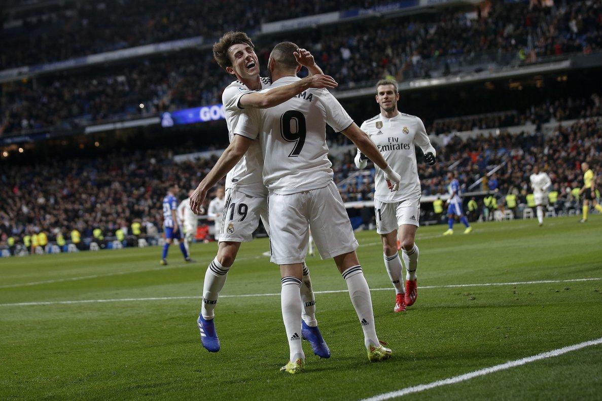 Benzema recibe el abrazo de Odriozola en la celebración de un gol con el Madrid.