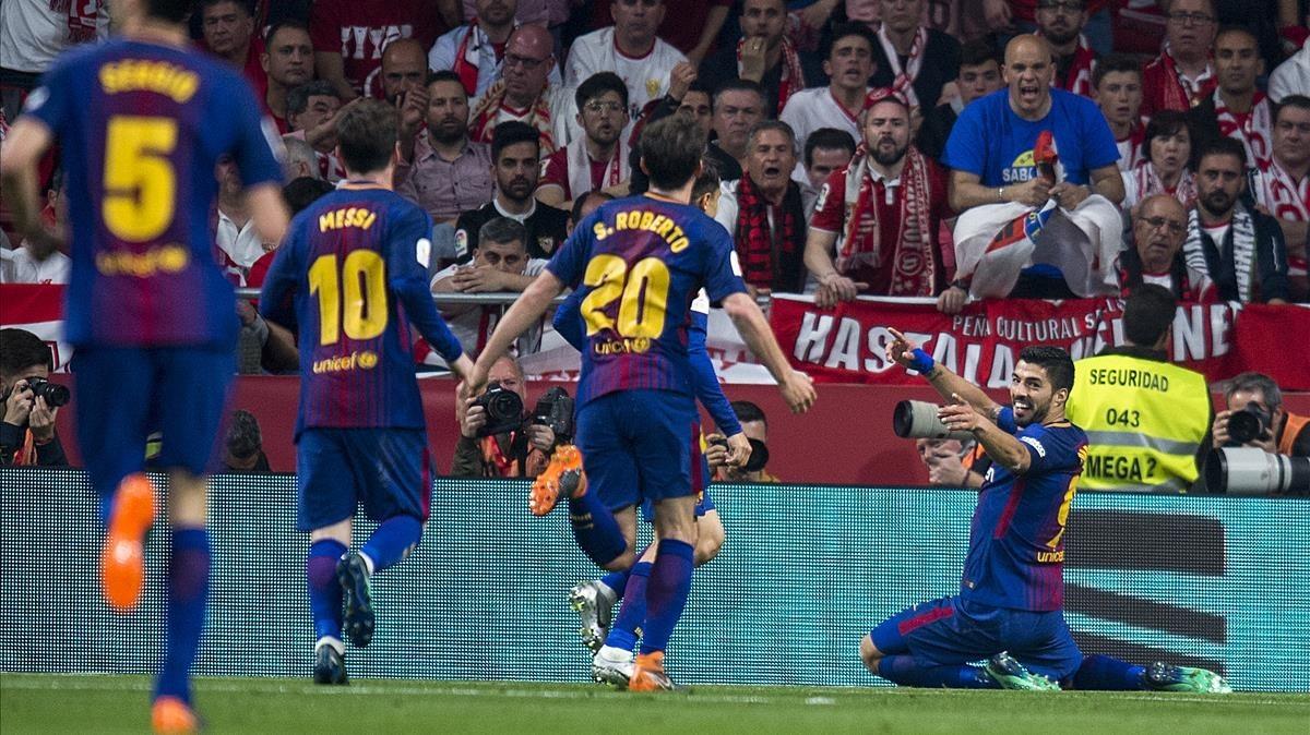 Suárez espera a sus compañeros para celebrar el tercer gol azulgrana.