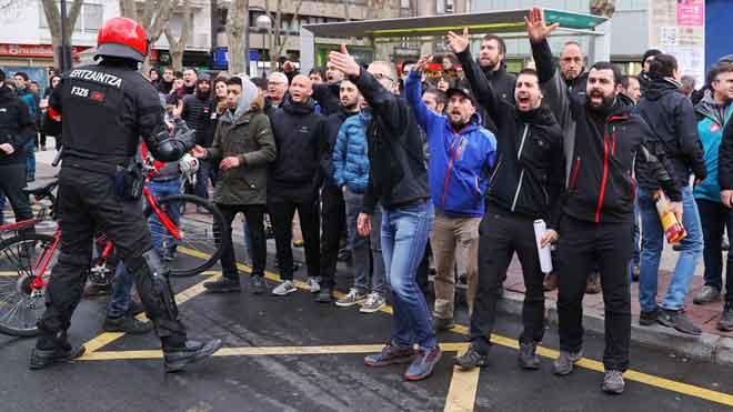 Tensión entre piquetes y la Ertzaintza en jornada de huelga general en el País Vasco.