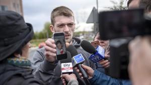 Tom Evans, padre de Alfie, muestra una foto de su hijo a las puertas del hospital donde se encontraba ingresado, este jueves.
