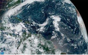 La tempesta tropical 'Delta' es torna huracà i amenaça Mèxic abans d'arribar al sud dels EUA