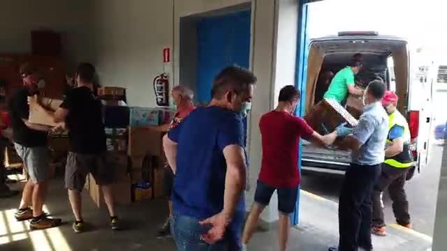 Trabajadores de la Empresa Municipal de Transportes de Madrid distribuyen comida para personas que han perdido sus ingresos por efecto de la pandemia. El vídeo es de la primera cuestación, en junio pasado, que les sirvió de ensayo para la que han lanzado ahora.