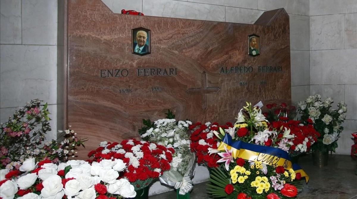 La tumba de Enzo Ferrari en Módena, Italia.