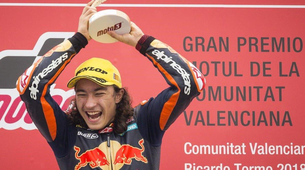 El turco Can Oncu celebra su victoria y récord en el podio de Cheste (Valencia).
