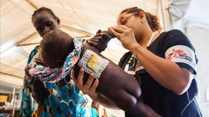 Una enfermera examina a una niña que sufre una infección en la piel, en el hospital de MSF de Malakal (Sudán del Sur), el 15 de junio.