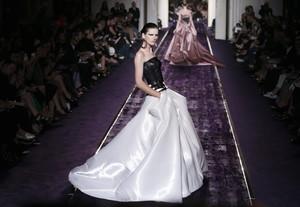 Una modelo presenta una creación del atelier Versace, en la semana de la alta costura de París.