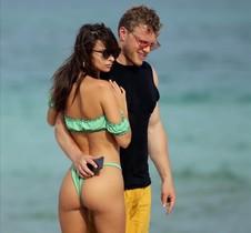 Emily Ratajkowski, junto a su marido, Sebastian Bear-McClard, en la playa de Miami.