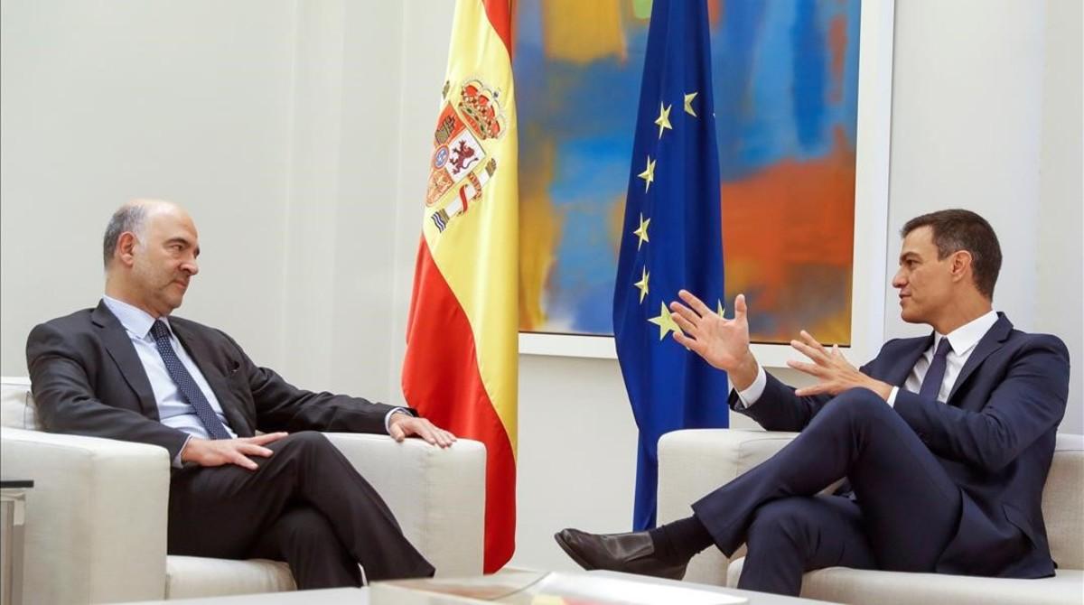 El presidente del Gobierno,Pedro Sanchezy el comisario europeo de Asuntos Economicos y Monetarios,Pierre Moscovici, en La Moncloa.