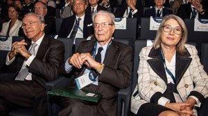 El presidente de la Fundación Bancaria de La Caixa, Isidre Fainé, junto al presidente del Senado de la Fundación CEDE, Antonio Garrigues, y la empresaria hotelera Camen Riu, en el XVII Congreso CEDE en Palma de Mallorca.