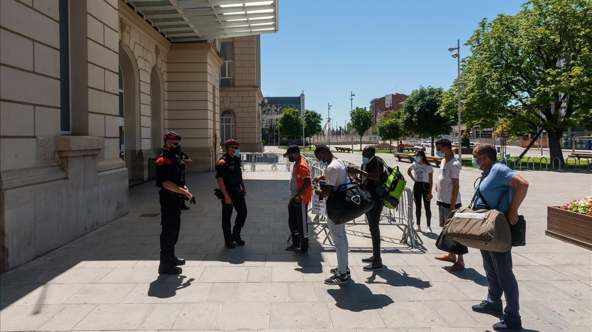 Controles de acceso y salida en la estación de alta velocidad de Lleida, este domingo.