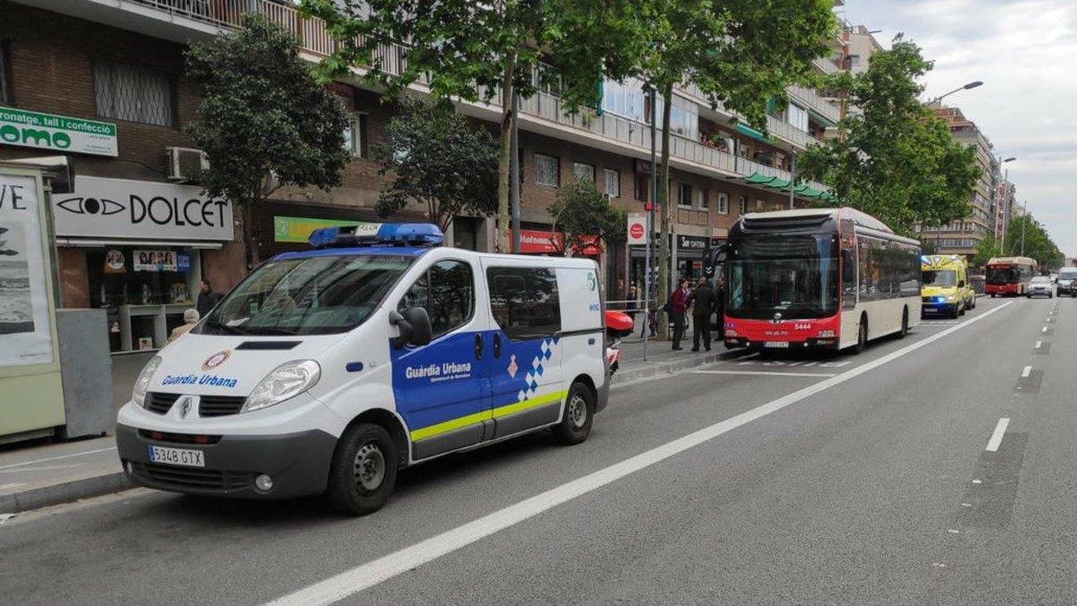 El desfibril·lador de la Guàrdia Urbana salva la vida al passatger d'un bus