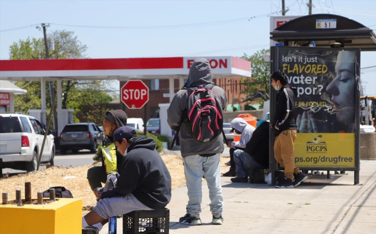 Varios inmigrantes esperan frente a un centro comercial de Langley Park (Maryland) para ser contratados por horas.