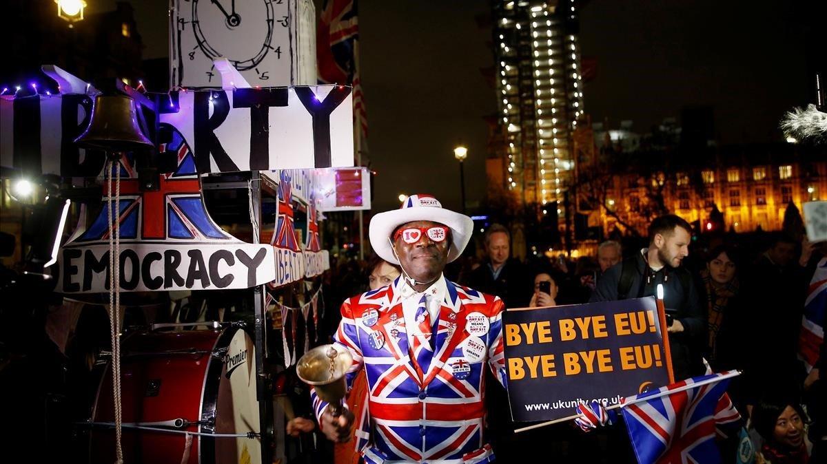 Varios londinenses celebran la salida del Reino Unido de la UE, este viernes.