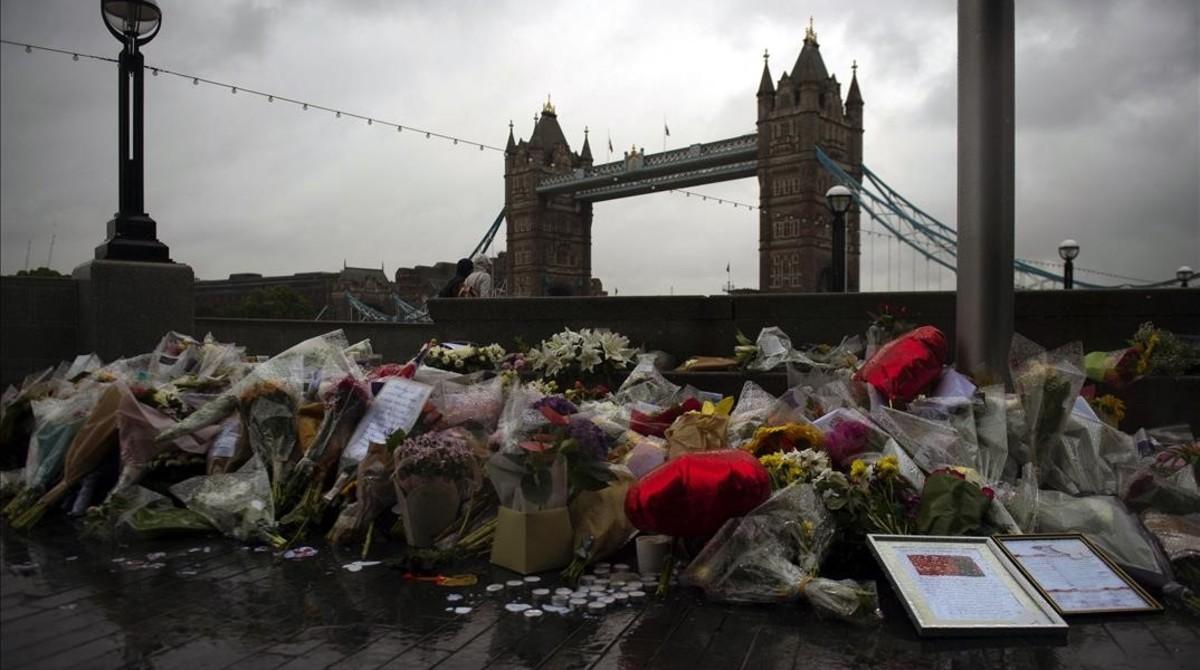Varios ramos de flores, velas y mensajes dejados en memoria de las víctimas en los alrededores del Ayuntamiento en Londres, el 6 de junio.