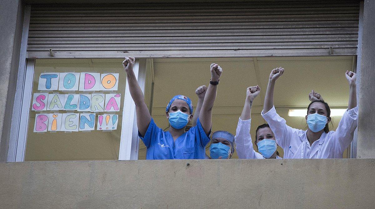 Varios sanitarios agradecen los aplausos de la ciudadanía,en el Hospital Dos de Maig de Barcelona, el 8 de abril.