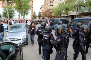 Vecinos de Lleida han obligado a la Policía Nacional a cambiar su ruta al salir del CAP Cappont de Lleida tras retirar las urnas.