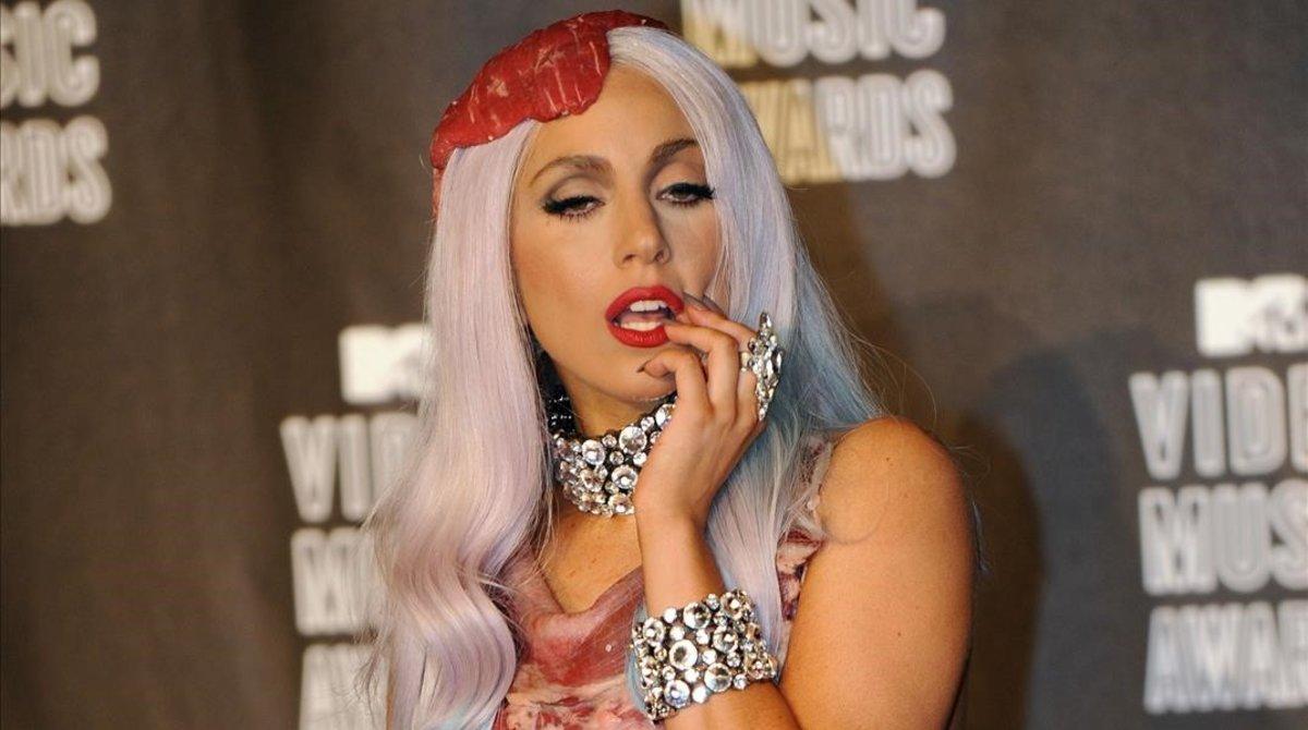 Lady Gaga posa con un vestido confeccionado a base de filetes de carne, en los Premios MTV celebrados en septiembre del 2010.