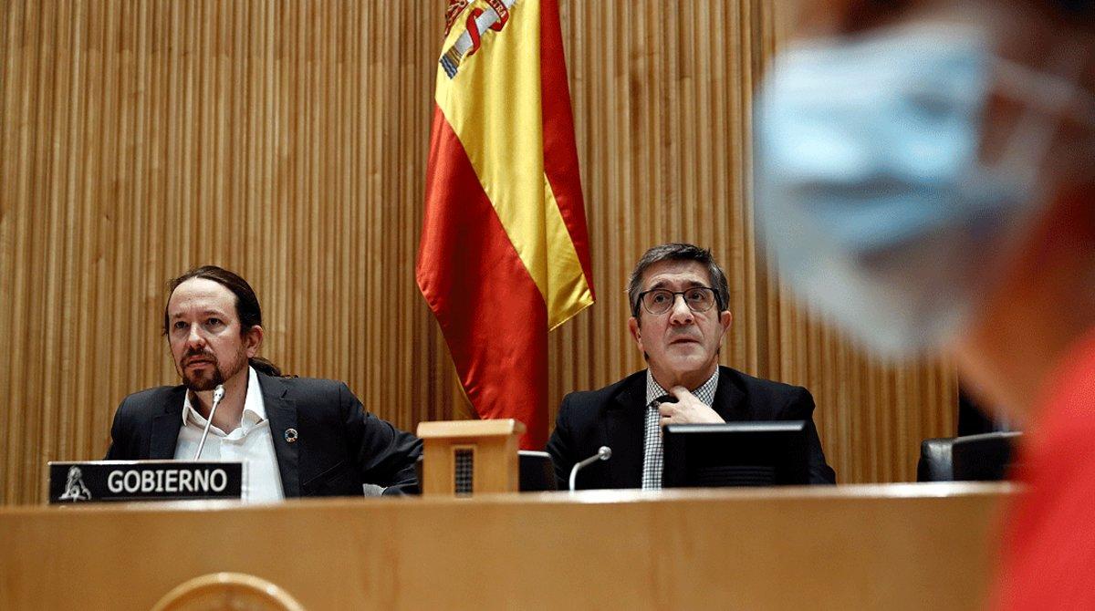 El vicepresidente segundo del Gobierno, Pablo Iglesias, y el presidente de la Comisión para la Reconstrucción, Patxi López, al inicio de la comparecencia del líder de Podemos, el 28 de mayo en el Congreso.