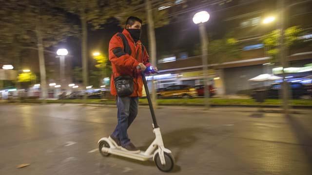 Una dona gran atropellada a Esplugues, primera vianant víctima dels patinets elèctrics