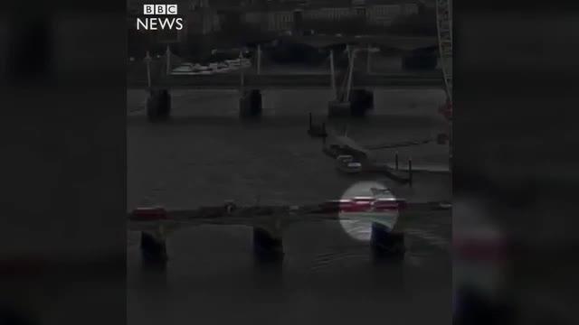 Vídeo que capta el momento en que el terrorista arrolla a los peatones en el puente sobre el Támesis y que hace que una mujer caiga al río.