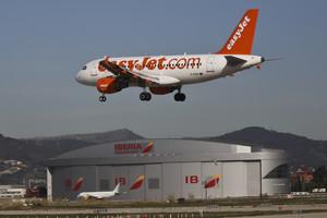 Foto darxiu dun avió de la companyia Easyjet aterrant a laeroport de Barcelona.
