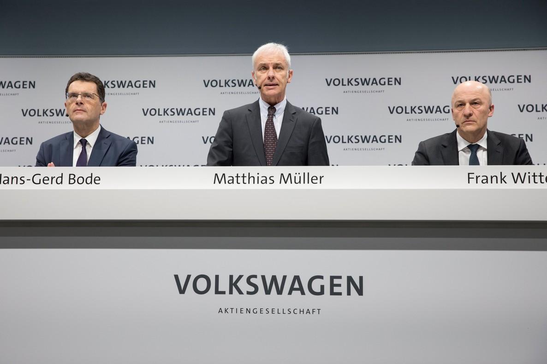 OMM04. BERLÍN (ALEMANIA), 13/03/2018.- El presidente mundial del grupo Volkswagen, Matthias Müller (c), el jefe de finanzas, Frank Witter (d), y el jefe de comunicaciones, Hans-Gerd Bode (i), ofrecen una rueda de prensa para presentar los reusltado anuales de la fabricante, en Berlín (Alemania), hoy 13 de marzo de 2018. Müller anunció que van a aumentar a 16 el número de fábricas que produzcan eléctricos en 2022, frente a las 3 fábricas que lo hacen ahora. EFE/ Omer Messinger