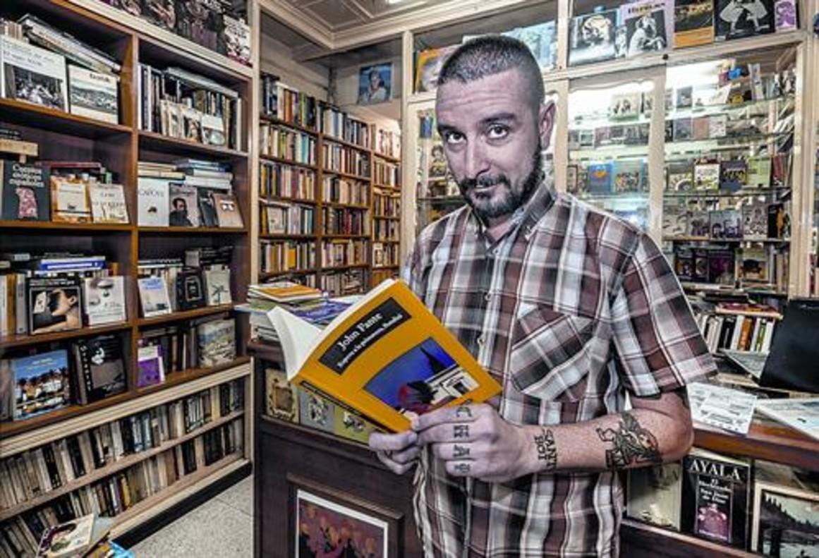 El escritor Kiko Amat en Cercles, rodeado de libros que tuvieron una vida anterior.
