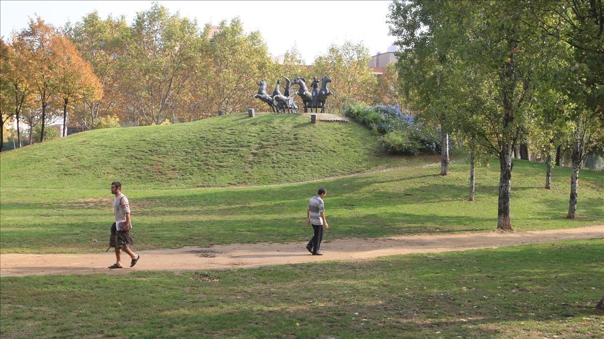 Dos personas pasean por el parque de Can Dragó, en Barcelona.