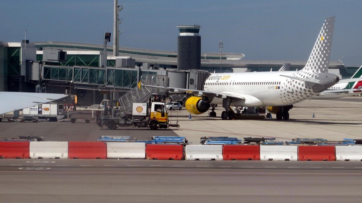 Vueling suspèn uns 200 vols al Prat per al pont de la Mercè