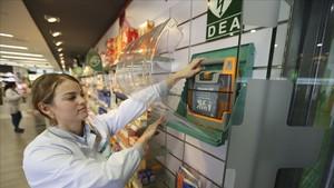 Imagen de una farmacia de Sants donde en 2014 también se salvó la vida de otro hombre gracias a un desfibrilador.
