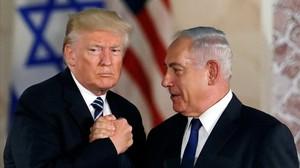 Trump y Netanyahu estrechan sus manos durante un encuentro en Jerusalén.
