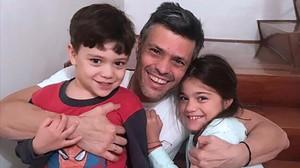 Leopoldo López con sus hijos tras salir de prisión.