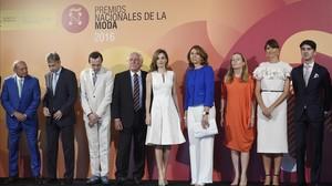 Letizia, de blanc i de Carolina Herrera, als Premios Nacionales de la Moda