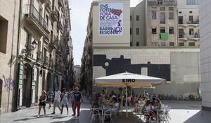 Mural contra los efectos negativos del turismo en el Raval, en la plaza dels Àngels.