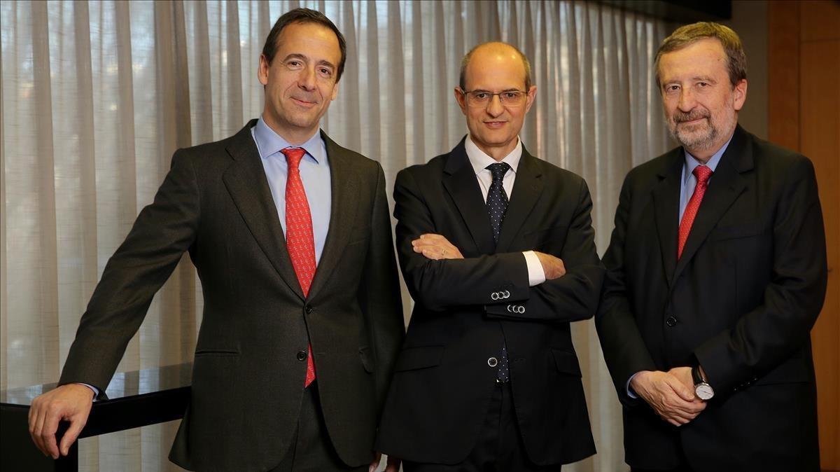 De izquierda a derecha, Gonzalo Gortázar, presidente de VidaCaixa y consejero delegado de CaixaBank; Valle y Muniesa.