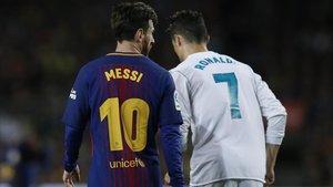 Messi y Cristiano, en el Clásico del 2018 en el Camp Nou.