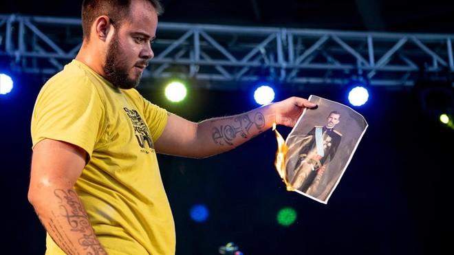 Pablo Hasél quema una foto del rey durante el Concert per la Llibertat dExpressió.