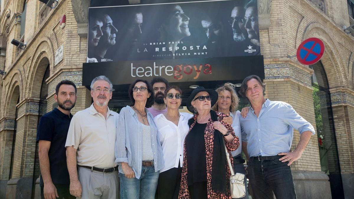 Sílvia Munt (tercera por la izquierda), junto con los siete actores que protagonizan 'La resposta'.