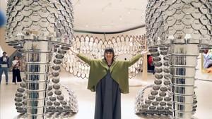 Joana Vasconcelos, junto a la obra Marilyn, dos colosales zapatos realizados con cazuelas.